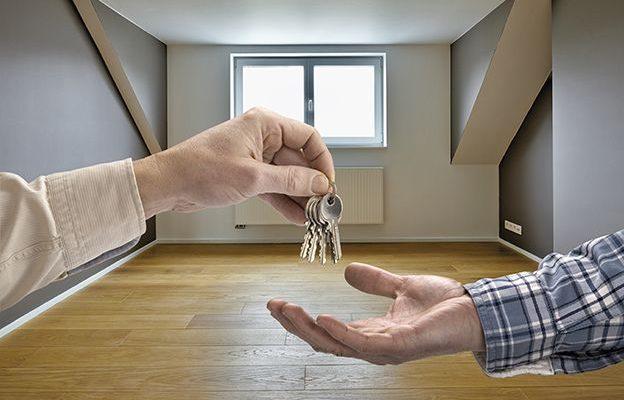 Echange des clés lors d'une vente immobilière entre un vendeur et un acheteur